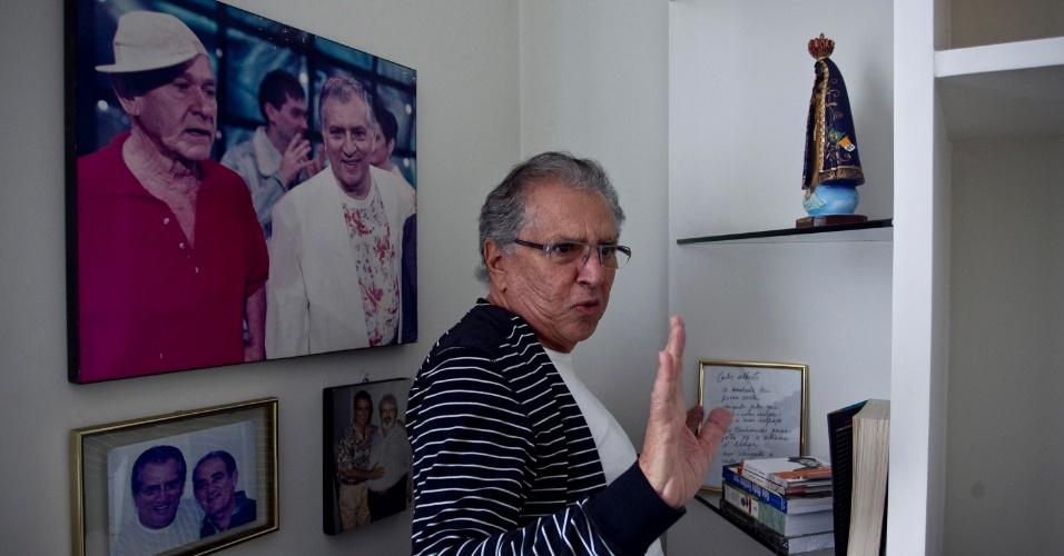 """Carlos Alberto mostra seu """"quartinho de lembranças"""" - """"Aqui estou com os três maiores humoristas do Brasil, Ronald Golias, Renato Aragão e Jô Soares"""" (4/5/12)"""