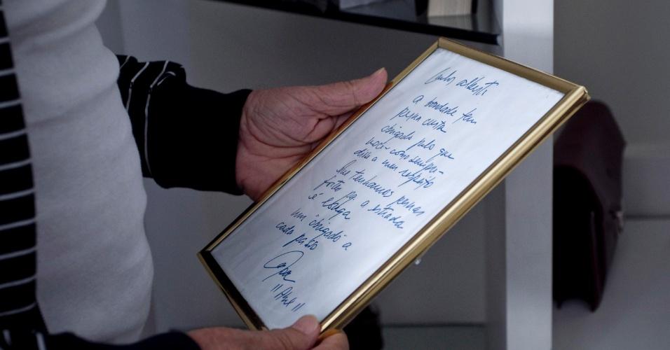 """Carlos Alberto mostra uma carta que recebeu do companheiro Moacyr Franco, ainda na """"Praça"""" desde a década de 50 (4/5/12)"""