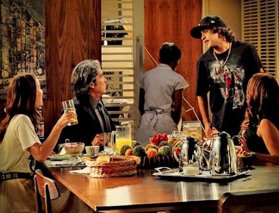 """Em """"Avenida Brasil"""", Tomás segue Cadinho e descobre que o pai tem outra família (7/5/12)"""