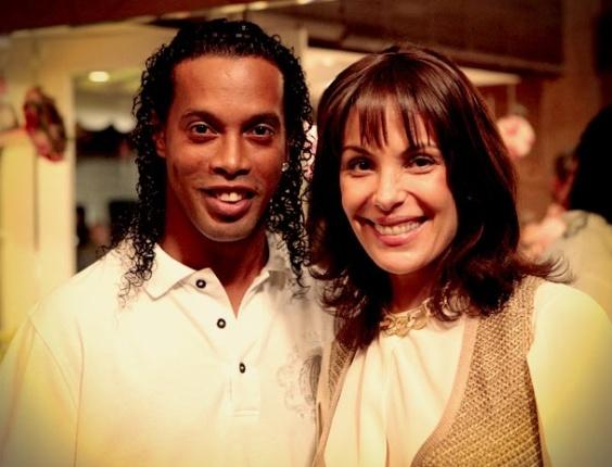 Ronaldinho Gaúcho e Carolina Ferraz em cena de