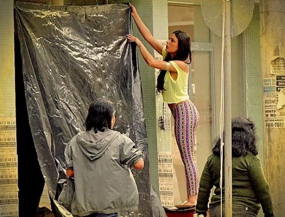 """Em """"Avenida Brasil"""", depois de perder o namorado, Suelen vai morar na rua (14/5/12)"""