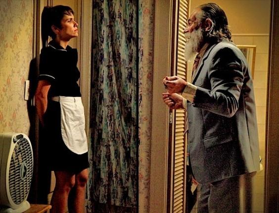 """Em """"Avenida Brasil"""", Nilo invade o quarto de Nina na mansão e a coloca contra a parede (14/5/12)"""
