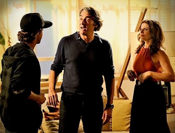 """Em """"Avenida Brasil"""", a fim de intimidar o pai, Tomás aparece de surpresa na casa de Verônica (16/5/12)"""