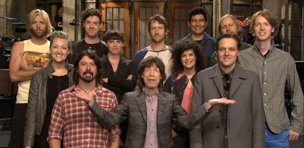 As bandas Arcade Fire, Foo Fighters e o líder do Rolling Stones, Mick Jagger participam do encerramento da temporada de Saturday Night Live (15/5/2012)
