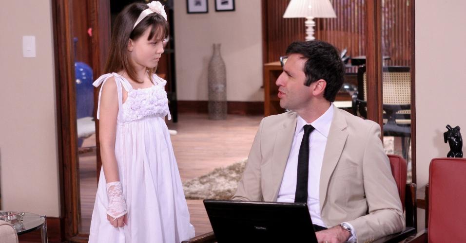 """Em """"Carrossel"""", Maria Joaquina (Larissa Manoela) reclama da Escola Mundial para o seu pai Dr. Miguel Medsen (Fábio Di Martino)"""