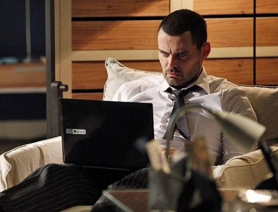 """Em """"Amor Eterno Amor"""", Fernando descobre senha de Beatriz e confirma interesse de Rodrigo por Miriam"""