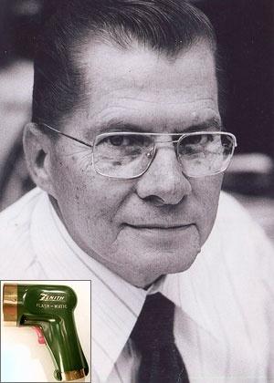 Eugene Polley, inventor do controle remoto de TV e, no detalhe, o primeiro aparelho criado