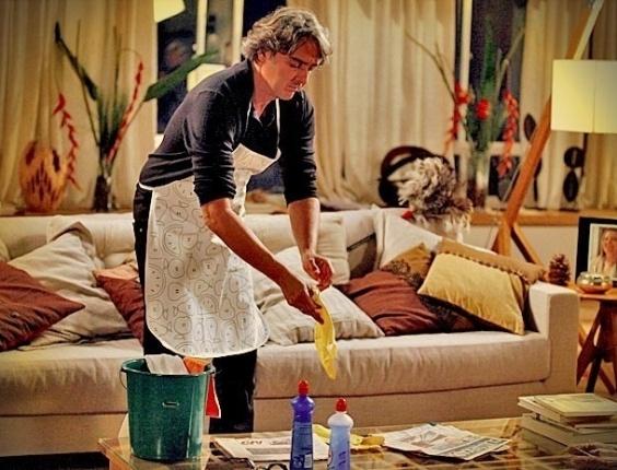 """Em """"Avenida Brasil"""", Cadinho faz faxina em casa para tentar reconquistar Verônica (24/5/12)"""