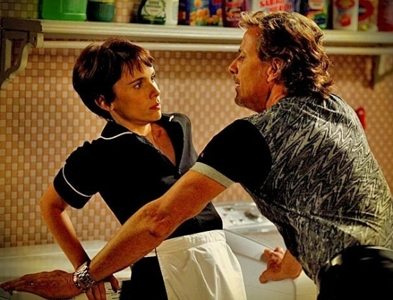 "Em ""Avenida Brasil"", Max tenta agarrar Nina (25/5/12)"