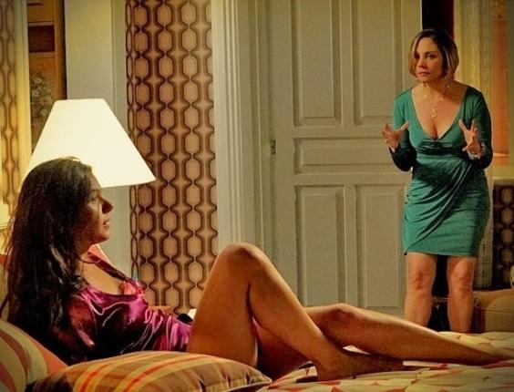 """Em """"Avenida Brasil"""", Monalisa dá uma surra em Suelen, depois de pegar a """"periguete"""" em sua cama (25/5/12)"""