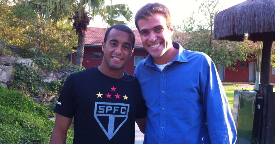 Lucas, jogador do São Paulo, com o repórter Thiago Asmar do