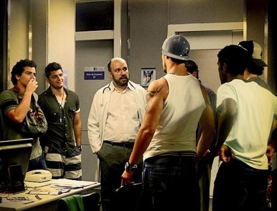 """Em """"Avenida Brasil"""", Suelen inventa que está grávida e deixa os homens do Divino nervosos (29/5/12)"""