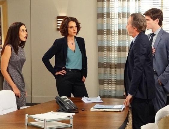 """Em """"Cheias de Charme"""", Conrado culpa Ticiane e Sarmento a demite do escritório"""