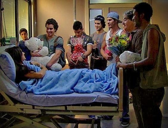 """Em """"Avenida Brasil"""", Suelen é disputada por seis homens após inventar gravidez (30/5/12)"""