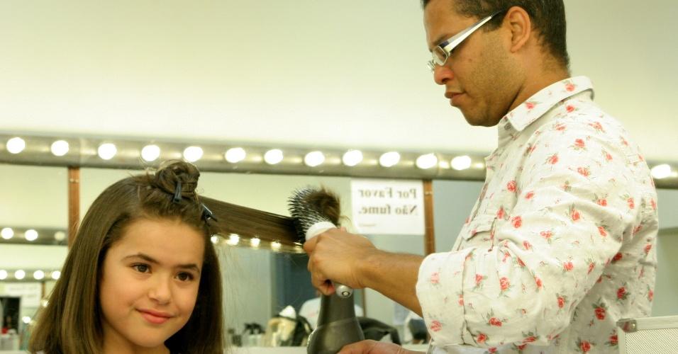 """Maísa faz escova nos cabelos para se preparar para sua personagem Valéria em """"Carrossel"""""""