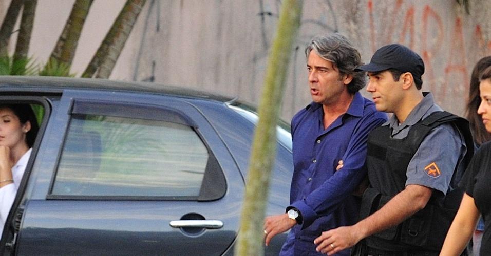 """Alexandre Borges grava cena de """"Avenida Brasil"""" em que seu personagem Cadinho será preso ao ser parado em uma blitz por estar bêbado antes de chegar ao casamento de Alexia (Carolina Ferraz). O objetivo de Cadinho será acabar com a cerimônia, mas suas duas esposas farão isso. (30/5/12)"""