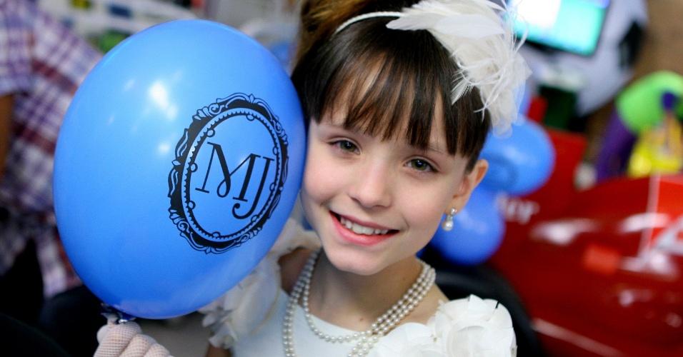 """Em """"Carrossel"""", Maria Joaquina posa para foto em festa de seu aniversário"""