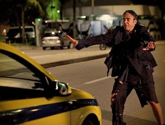 """Em """"Avenida Brasil"""", aos trapos, Cadinho acaba na rua, expulso por suas duas mulheres"""