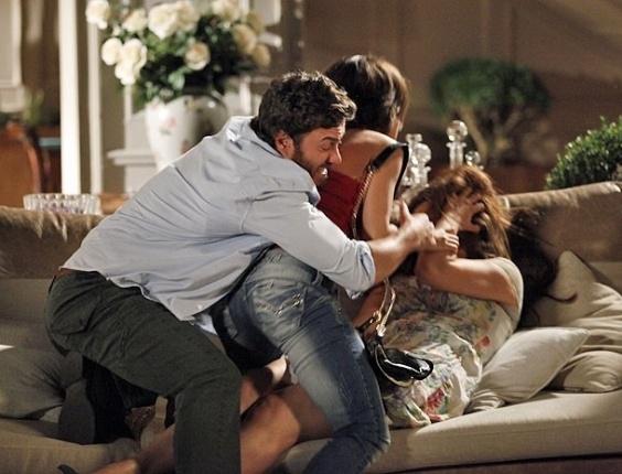"""Em """"Amor Eterno Amor"""", Valéria bate em Elisa e impede seu primeiro beijo com Rodrigo (6/6/12)"""