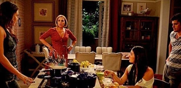 """Em """"Avenida Brasil"""", Monalisa fica irritada ao descobrir que Olenka e Iran sabiam da farsa de Silas (11/6/12)"""