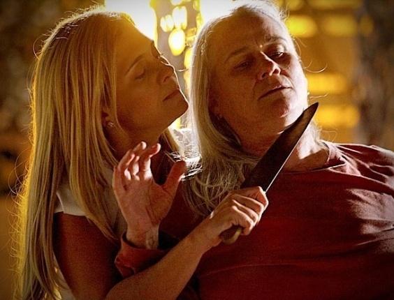 """Em """"Avenida Brasil"""", Carminha ameaça Lucinda com uma faca e diz que vai matá-la"""