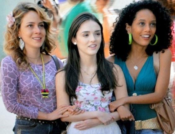 """Em """"Cheias de Charme"""", trio se derrete com outdoor das Empreguetes na frente do Pavilhão do Som"""