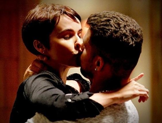 """Em """"Avenida Brasil"""", Nina se entrega e beija Jorginho apaixonadamente (15/6/12)"""