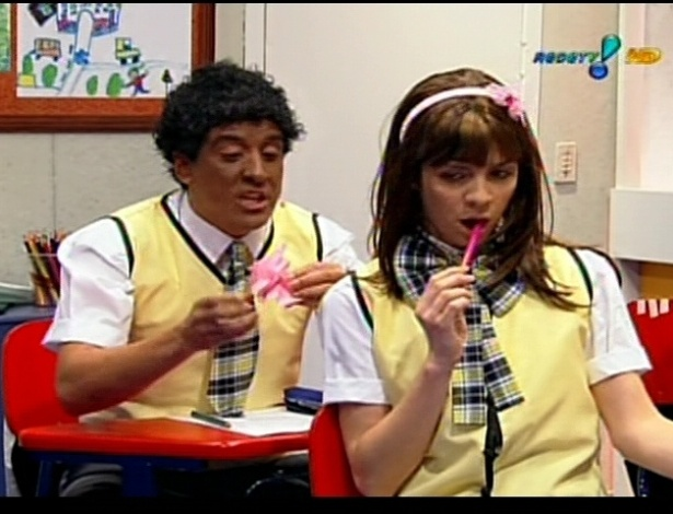 Remake do SBT, a novela infantil &#34;Carrossel&#34; ganhou vers&#227;o com o professor substituo Jos&#233; Luiz Datena, apresentador de programas policiais. Na foto, humoristas interpretam Cirilo e Maria Joaquina