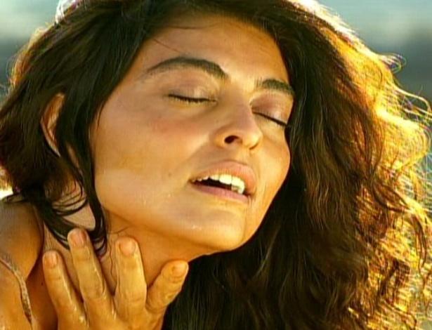 Gabriela se banha com pouca água encontrada no sertão