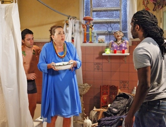 """Em """"Aquele Beijo"""" (2011), mãe Iara (Claudia Jimenez) usava a tática dos banhos em seus rituais. De maneira que muitos homens apareciam só de cueca na trama"""