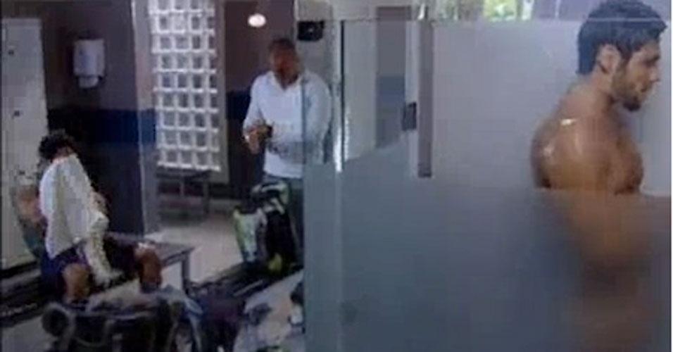 """Em """"Fina Estampa"""" (2011), o lutador de MMA Wallace (Dudu Azevedo) protagonizou cenas de banho enquanto se trocava nos vestiários"""
