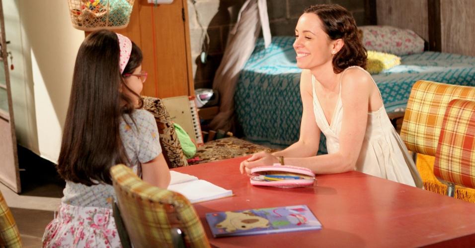 """Em """"Carrossel"""", Carmen conta para sua mãe que está feliz com a inauguração da lanchonete da escola"""