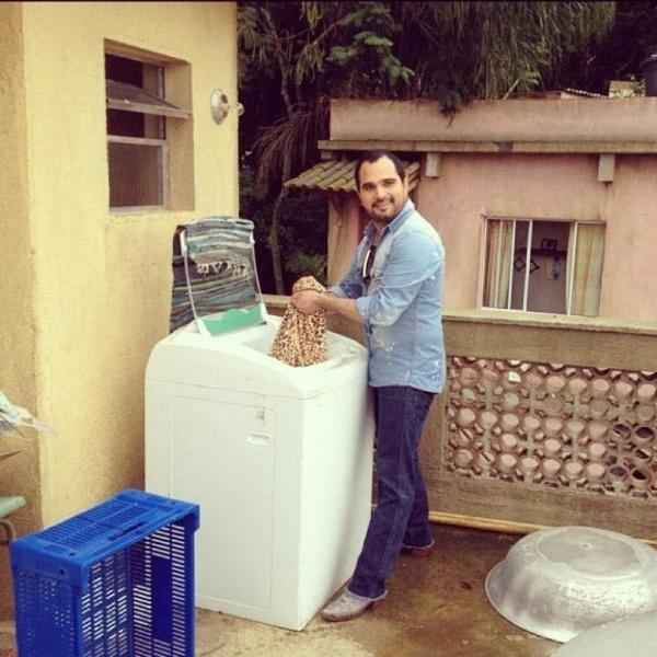 """Durante visita ao estúdio, cantor Luciano Camargo lava roupa na casa de Maria da Penha de """"Cheias de Charme"""" (22/6/12)"""