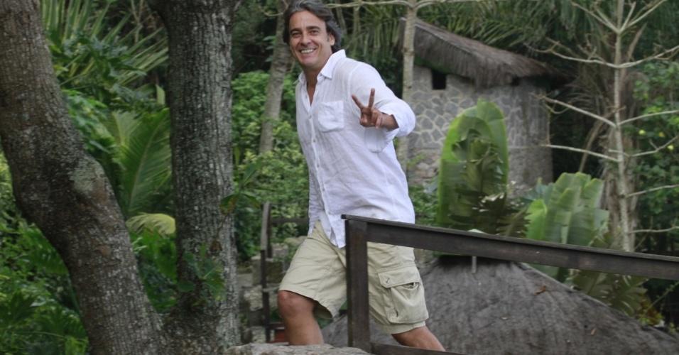 """Alexandre Borges cumprimenta os fotógrafos em gravação de cena de """"Avenida Brasil"""" em praia no Rio de Janeiro (25/6/12)"""