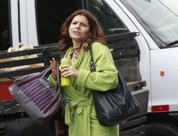 """Com roupão verde, Débora Bloch grava cena de """"Avenida Brasil"""" em praia do Rio de Janeiro (25/6/12)"""
