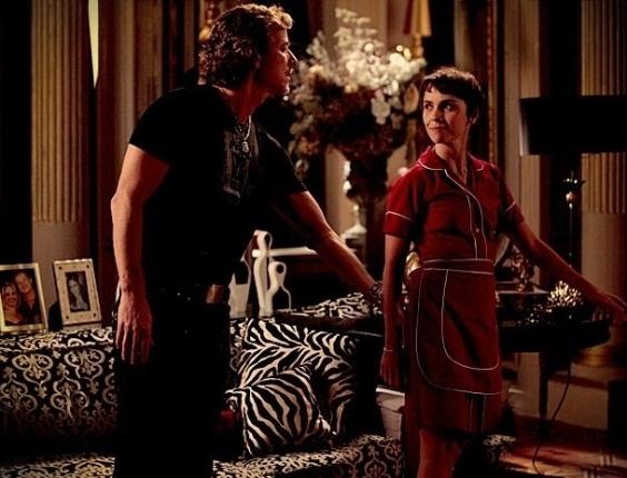 """Em """"Avenida Brasil"""", cheio de intimidade, Max dá tapinha em Nina"""