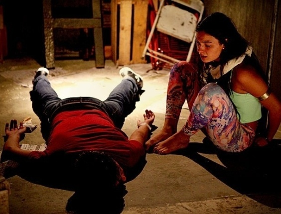 Roni (Daniel Rocha) e Suelen (Isis Valverde) em &#34;Avenida Brasil&#34; (26/6/12)