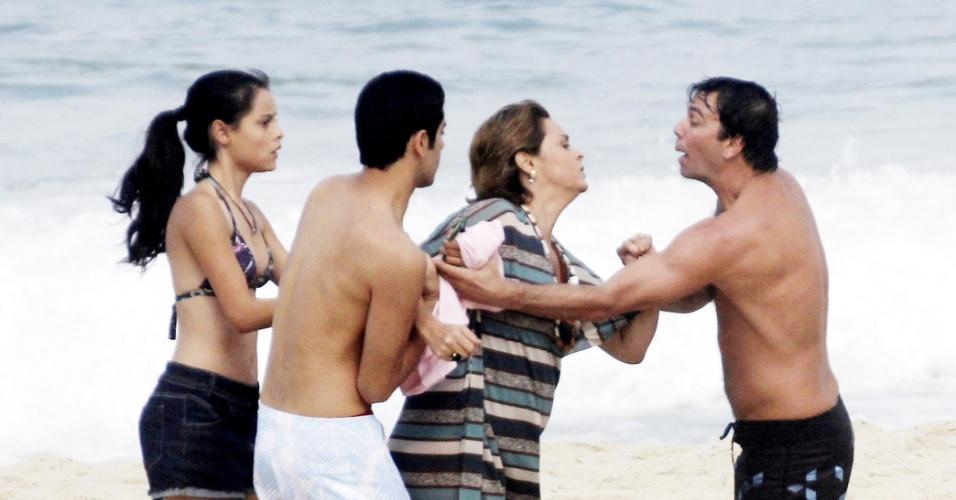 """Suzy Rêgo e Marcelo Faria gravam cenas de """"Amor Eterno Amor"""" de briga na praia do Pepino em São Conrado"""