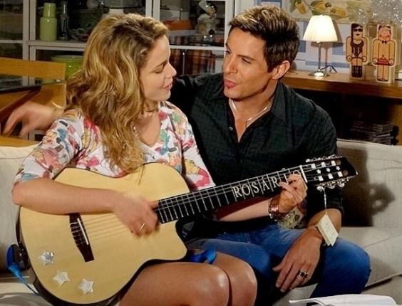 """Em """"Cheias de Charme"""", Fabian presenteia Rosário com um violão e pede para ela tocar (29/6/12)"""