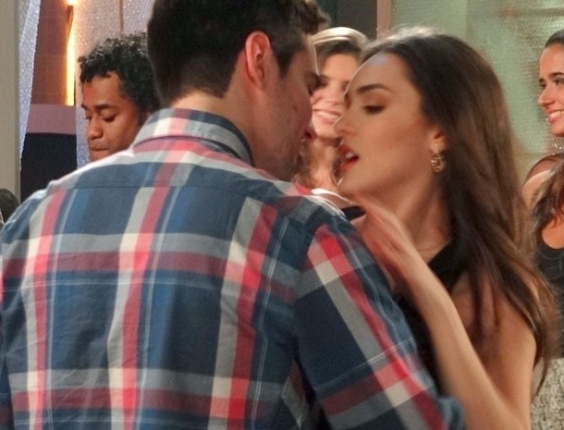"""Em """"Cheias de Charme"""", Serginho tenta beijar Cida"""