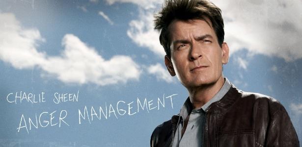 """Charlie Sheen em pôster de divulgação da série """"Anger Management"""", do canal FX (junho/2012)"""