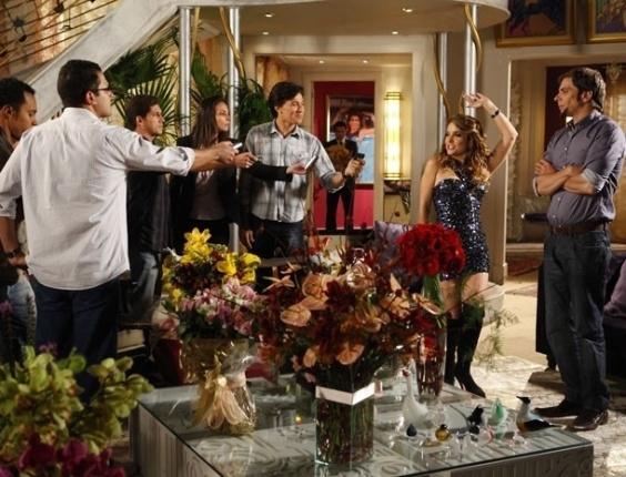 """Em """"Cheias de Charme"""", Chayene faz uma coletiva para falar do novo sucesso """"Vida de Patroete"""" (6/7/12)"""
