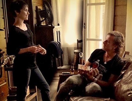 """Em """"Avenida Brasil"""", Max não contém sua felicidade ao receber R$ 100 mil de Nina (10/7/12)"""