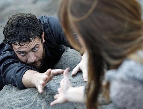 """Em """"Amor Eterno Amor"""", Rodrigo tem pesadelo em que Elisa se recusa a salvá-lo da morte"""