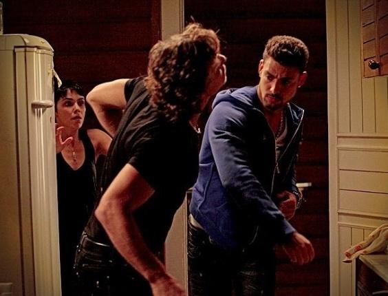 """Em """"Avenida Brasil"""", Jorginho flagra Nina e Max juntos e leva uma surra do malandro (12/7/12)"""