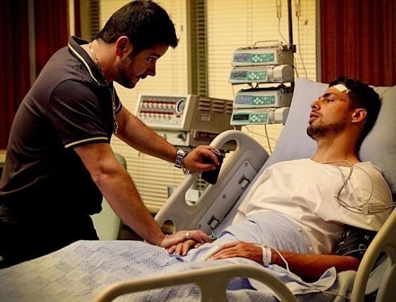 """Em """"Avenida Brasil"""", Jorginho acorda do coma e chama por Rita no hospital"""