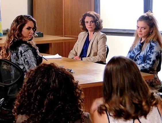 """Em """"Cheias de Charme"""", Chayene perde ação para Socorro e ainda é obrigada a pedir desculpas em público (16/7/12)"""