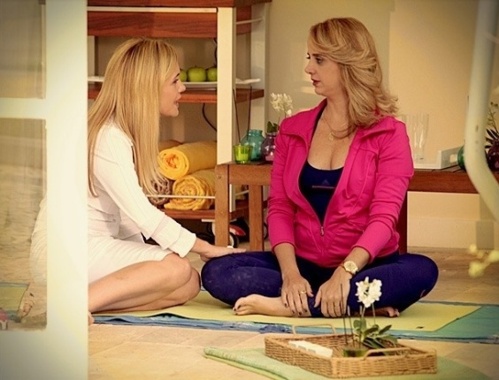 """Em """"Avenida Brasil"""", Carminha dobra Ivana e a convence a abrir negócio para Max (18/7/12)"""