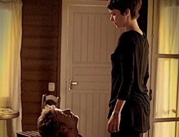 """Em """"Avenida Brasil"""", por dinheiro, Max se humilha e beija os pés de Nina (18/7/12)"""