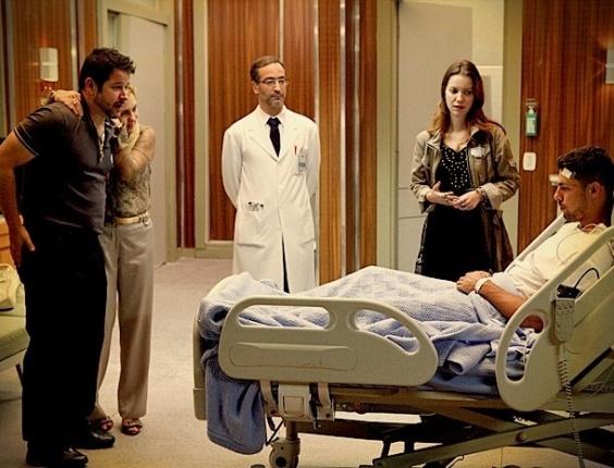 Débora, Tufão e Carminha presenciam momento em que Jorginho volta do coma (19/7/12)